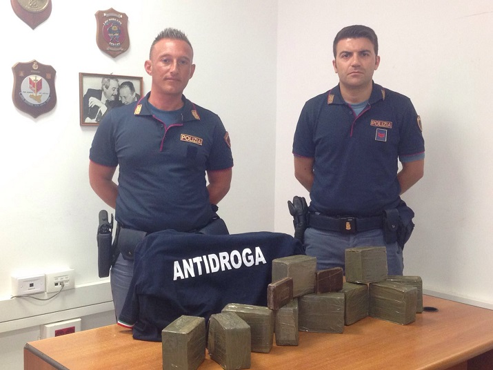 In auto con 10 kg di hashish, arrestato 45enne incensurato
