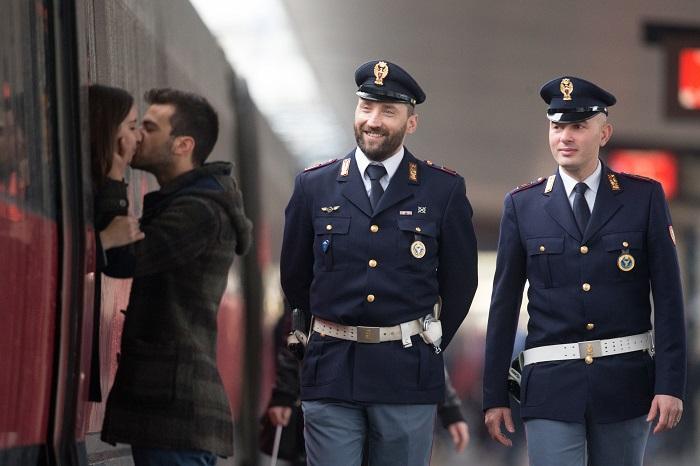 Firenze, due fidanzati si salutano baciandosi davanti allo sguardo compiaciuto di agenti della Polfer