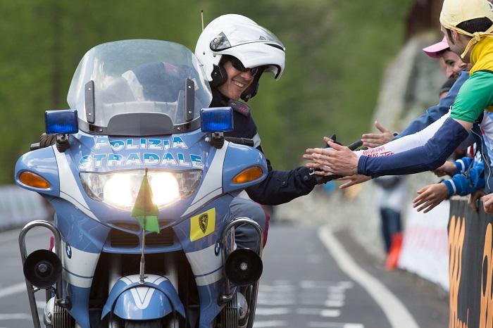 Courmayeur (AO), il motociclista della Polizia Stradale saluta i tifosi durante il Giro D'Italia