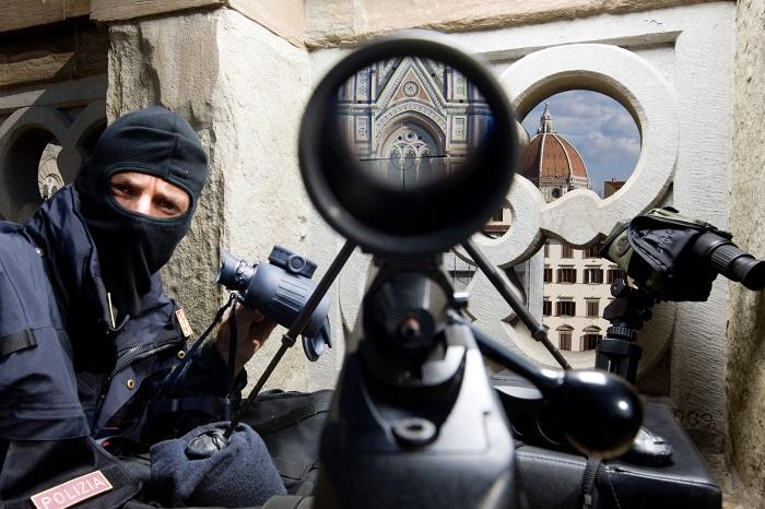 Firenze, un tiratore scelto della Polizia di Stato sul tetto degli Uffizi
