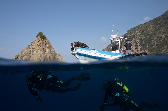 Portovenere (SP), una cane molecolare dei cinofili fiuta attraverso l'acqua i subacquei dela Polizia di Stato