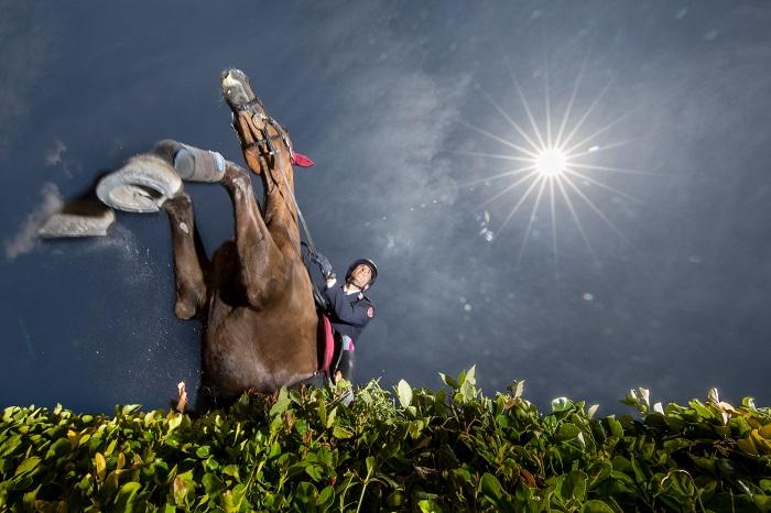 Roma, un'agente della Polizia a cavallo salta un'ostacolo