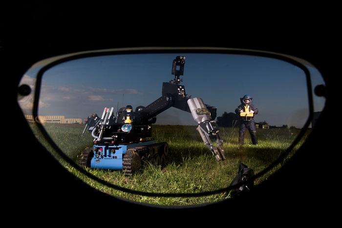 Roma, specialità della Polizia di Stato, nella foto artificieri in azione con Teodor il robot anti sabotaggio esplosivo