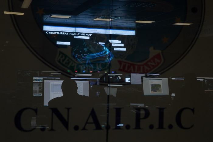 Roma, Polizia postale nella sala operativa del C.N.A.I.P.I.C.