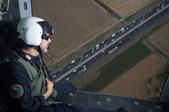 Bologna, uno specialista del 3° reparto volo in azione sul traffico autostradale durante l'esodo estivo