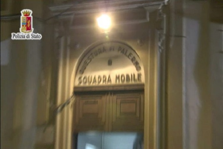 Napoli, rapine e violenza: smantellato sodalizio criminale. Le immagini