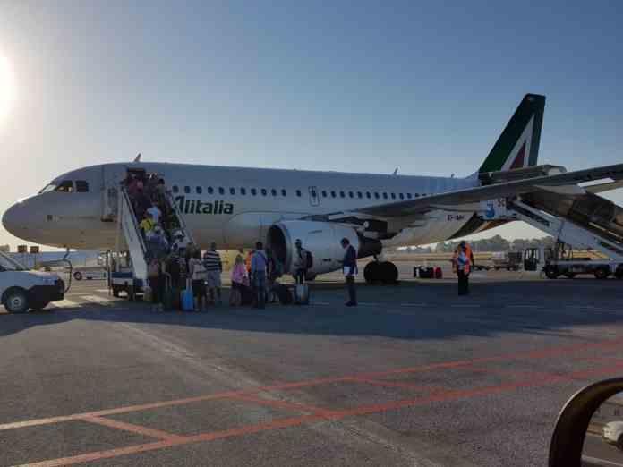 Catania, abbandona il figlio di 14 anni in aeroporto e parte: denunciato